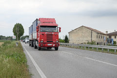Camion sur une route à Rovigo images libres de droits