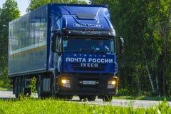 Camion sur une route images stock