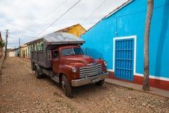 Camion típico do ônibus do caminhão em Trinidad, Cuba Devido embargar Cuba imagem de stock royalty free
