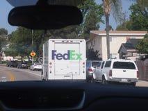 Camion a terra di Fedex visto dall'automobile Immagine Stock Libera da Diritti