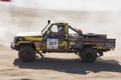 Camion tous terrains concurrençant dans un rassemblement de désert Images stock