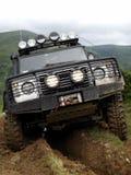Camion tous terrains sur la voie de boue à l'image courante de montagnes images libres de droits