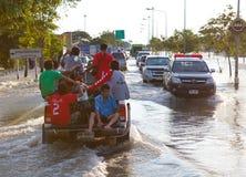 Camion transportant des victimes d'inondation image stock