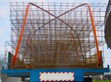 Camion transportant la maille en métal pour des chantiers de construction Photographie stock