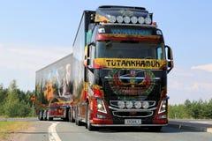Camion Tutankhamun d'exposition de Volvo sur la route Images stock