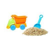 Camion variopinto del giocattolo con la pietra e vanga isolata immagine stock libera da diritti