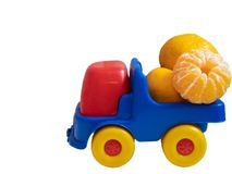 Camion variopinto dell'automobile del giocattolo con i mandarini della spagna fotografia stock