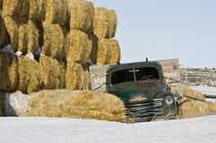 Camion verde abbandonato dell'azienda agricola con fieno Fotografie Stock