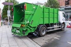Camion verde Tbilisi Georgia dei rifiuti Immagini Stock Libere da Diritti