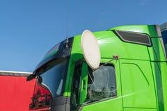 Camion vert avec l'antenne parabolique photo libre de droits