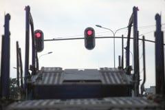 Camion vide de transporteur de voiture sur la route urbaine images stock