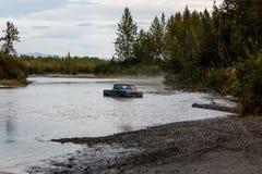 Camioncino abbandonato nelle alte maree del fiume dell'Alaska Immagini Stock