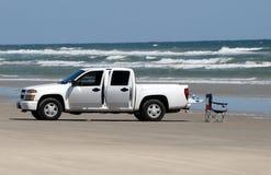 Camioncino scoperto bianco sulla spiaggia fotografia stock libera da diritti