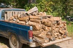 Camioncino scoperto con legna da ardere fotografie stock