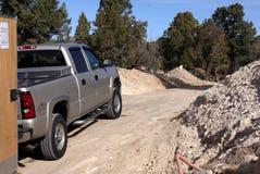 Camioncino scoperto d'argento su un azionamento della sporcizia Fotografia Stock Libera da Diritti