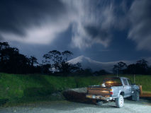 Camioncino scoperto nella luce della luna vicino al vulcano di Arenal fotografia stock libera da diritti