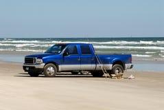 Camioncino scoperto sulla spiaggia immagini stock
