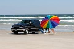 Camioncino scoperto sulla spiaggia immagine stock