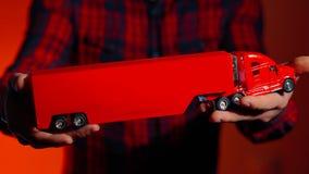 Camioncino sulla sua assicurazione di trasporto rossa del truckin della mano stock footage