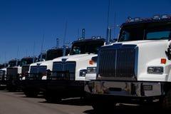 Camiones blancos en la representación ningunas marcas foto de archivo