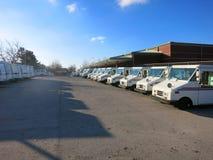 Camiones de correo del servicio postal estadounidense alineados en estacionamiento Imagen de archivo libre de regalías