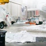 Camiones de la paleta de la retirada de la nieve de la calle Foto de archivo libre de regalías