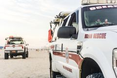 Camiones de la patrulla de la playa del rescate del océano imagen de archivo