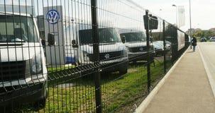 Camiones de los vehículos comerciales de Volkswagen detrás de la cerca almacen de metraje de vídeo