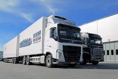 Camiones de madera de Volvo FH 500 y de Volvo FH16 750 favorables Foto de archivo libre de regalías