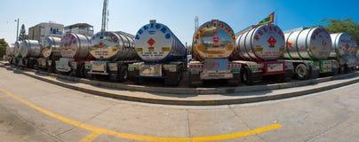 Camiones de petrolero grandes del gas combustible parqueados en la carretera Imágenes de archivo libres de regalías