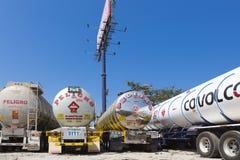 Camiones de petrolero grandes del gas combustible parqueados en la carretera Foto de archivo libre de regalías