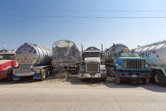 Camiones de petrolero grandes del gas combustible parqueados en la carretera Fotografía de archivo