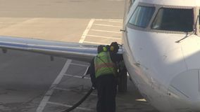 Camiones del reaprovisionamiento, aeropuertos, aeroplanos almacen de metraje de vídeo