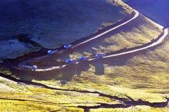 Camiones en el camino de la montaña Foto de archivo