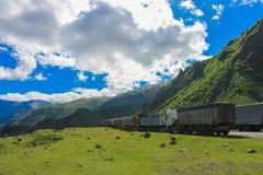 camiones en el camino militar georgiano Foto de archivo