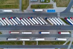 Camiones en la opinión aérea del estacionamiento imagenes de archivo