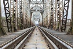 Camiones ferroviarios que pasan a través del puente Imágenes de archivo libres de regalías