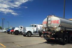 Camiones para los bomberos del incendio fuera de control Imagen de archivo