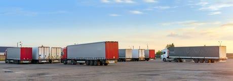 Camiones pesados con los remolques Foto de archivo libre de regalías