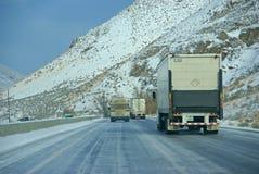 Camiones pesados que apresuran en autopista sin peaje helada Fotografía de archivo