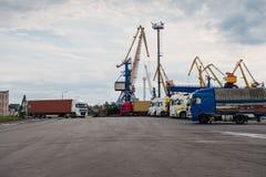 Camiones que esperan en línea en el puerto de transbordo Fotos de archivo libres de regalías