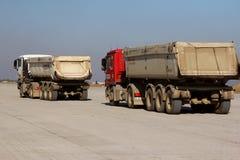 Camiones que transportan el betún en una pista como parte del plan de expansión del aeropuerto internacional del delta de Danubio Imagen de archivo libre de regalías