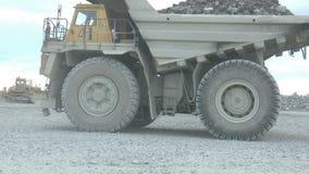 Camiones volquete pesados de la explotación minera que se mueven a lo largo del a cielo abierto metrajes