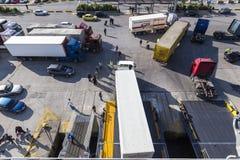Camiones y coches que bajan del transbordador que viene a Pireo, Grecia Imagen de archivo
