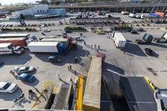 Camiones y coches que bajan del transbordador que viene a Pireo, Grecia Fotos de archivo libres de regalías