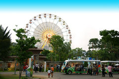 Camioneta expresso com fundo colorido da roda de ferris Imagens de Stock Royalty Free