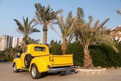 Camioneta pickup amarilla clásica de Chevy Imagen de archivo