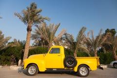 Camioneta pickup amarilla clásica de Chevy Imagenes de archivo