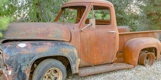 Camioneta pickup analizada en el bosque imagenes de archivo
