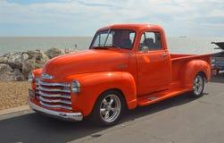 Camioneta pickup anaranjada brillante clásica de Chevrolet Fotos de archivo libres de regalías